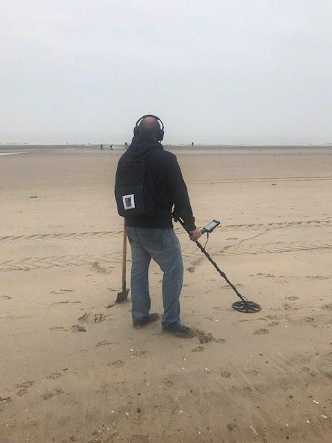 Metaaldetectorist op het strand